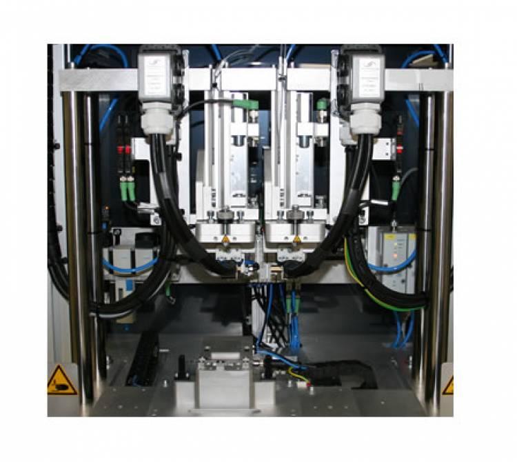 Heißverstemm-Produktionssystem organisiert zwei Montage und Heißverstemmprozesse in einem Anlagenaufbau