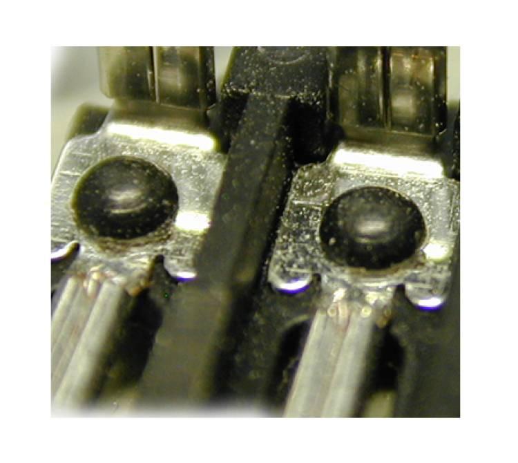 Metalllaschen werden mittels Heißverstemmen fixiert